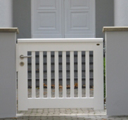 Moderne Gartentür aus Hartholz
